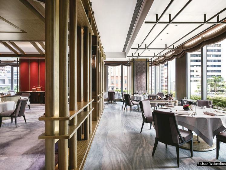 餐廳由設計師傅厚民(André Fu)以中國傳統茶館建築為靈感設計,展現乾淨俐落的現代風格。