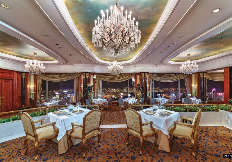 珀翠採用水晶吊燈,加上絨布簾幕與一絲不苟的餐桌佈置,氣派非凡。