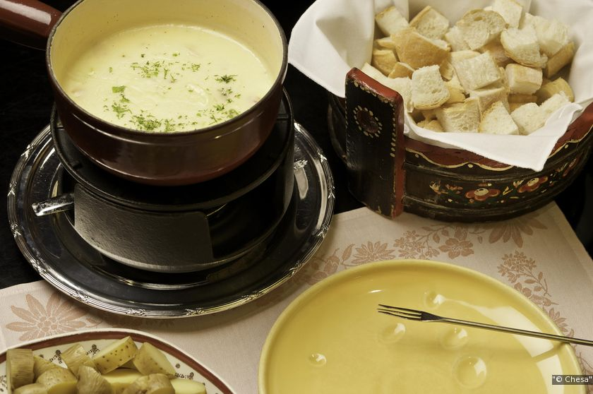 Chesa offers two choices for its famous Cheese Fondue: Fondue moitié-moitié and Fondue Montagnarde. (Photo: Chope)