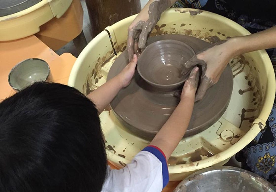 小巧的手在Thow Kwang Pottery Jungle制作陶瓷工艺。