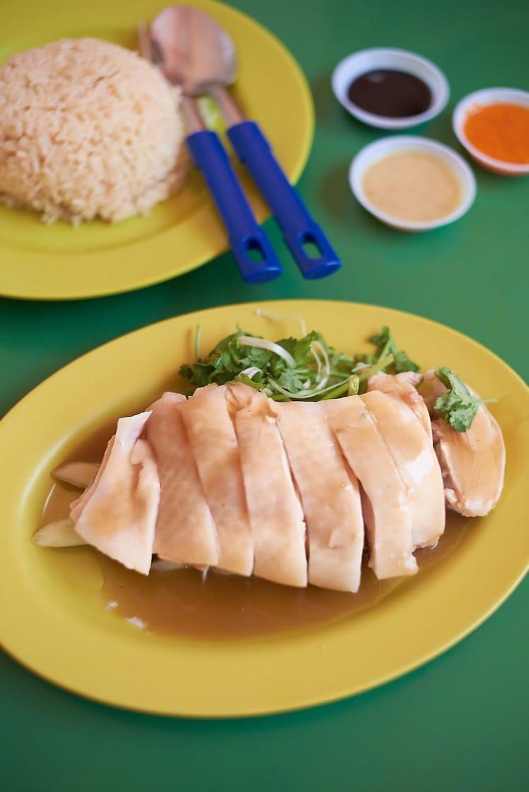 在世界各國出版的旅遊手冊中,天天都榜上有名,可說是新加坡雞飯中名氣最旺的雞飯攤。