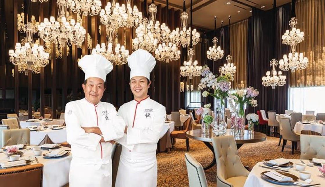 四川飯店的父子團隊:陳建一(左)與陳建太郎。(照片來源:四川飯店)