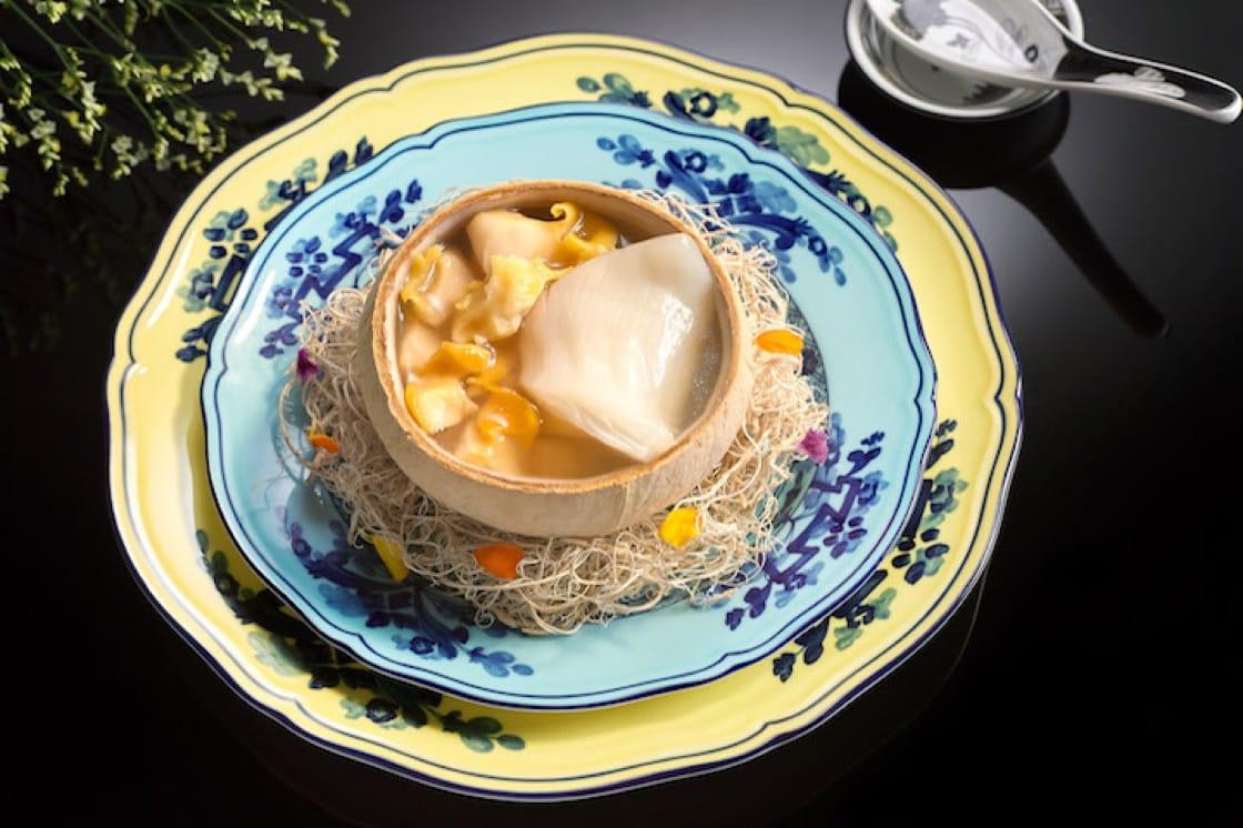 粤菜重视的汤品,在夏苑被发挥得淋漓尽致。夏苑的椰皇花胶响螺炖鸡汤。