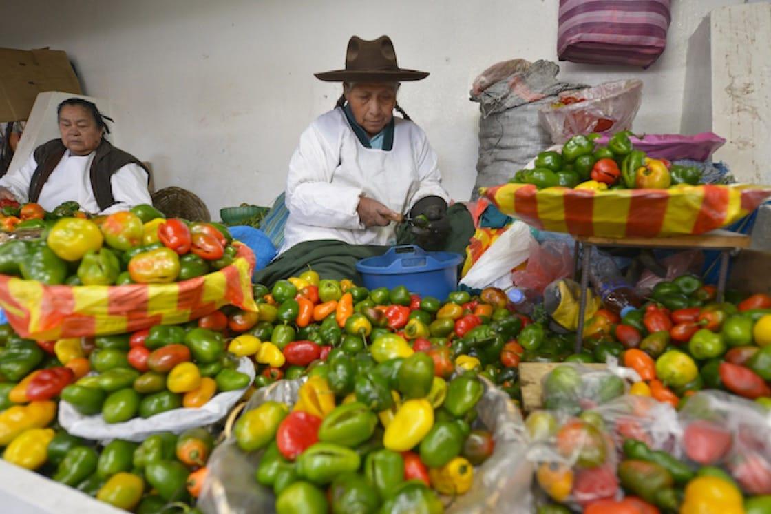 秘魯市集裡售賣辣椒的攤位。