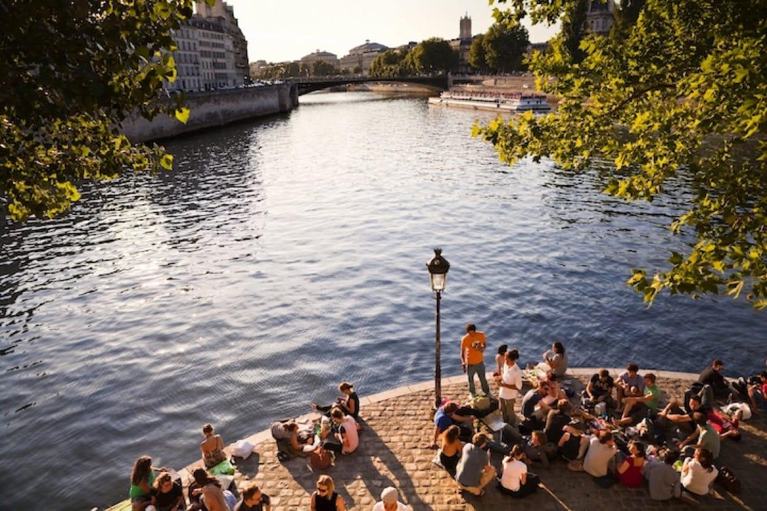 在巴黎夏日闲暇的午后,总有很多人在塞纳河畔野餐。