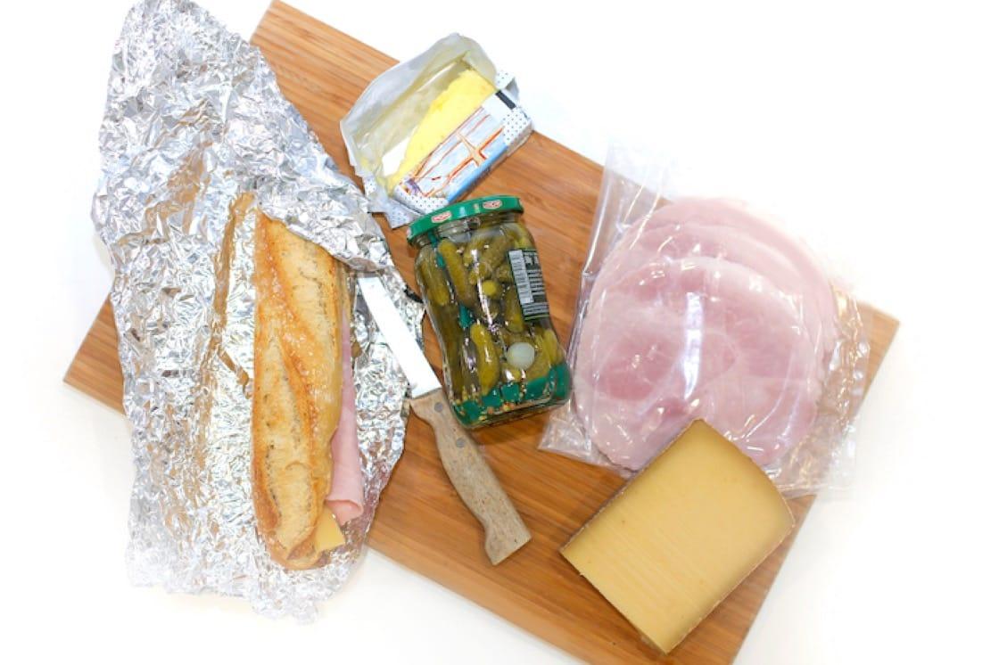 准备法式面包所需要的简单食材。