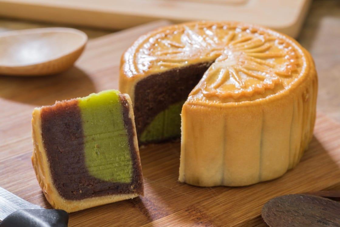 Traditional mooncake with a red adzuki bean (紅豆沙, hóng dòu shā) and green tea paste
