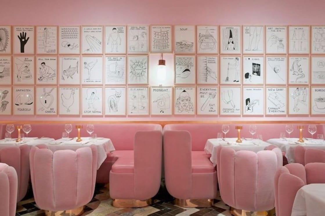 Sketch 餐廳內的 The Gallery 房間,粉色系設置讓人想起魏斯·安德森的電影畫面。