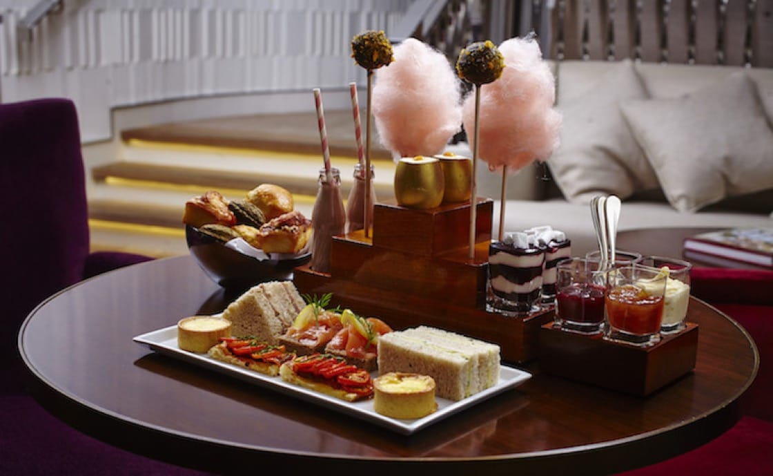 Cotton candy, golden eggs and caramel milk: an afternoon tea after the heart of a sweet-tooth.