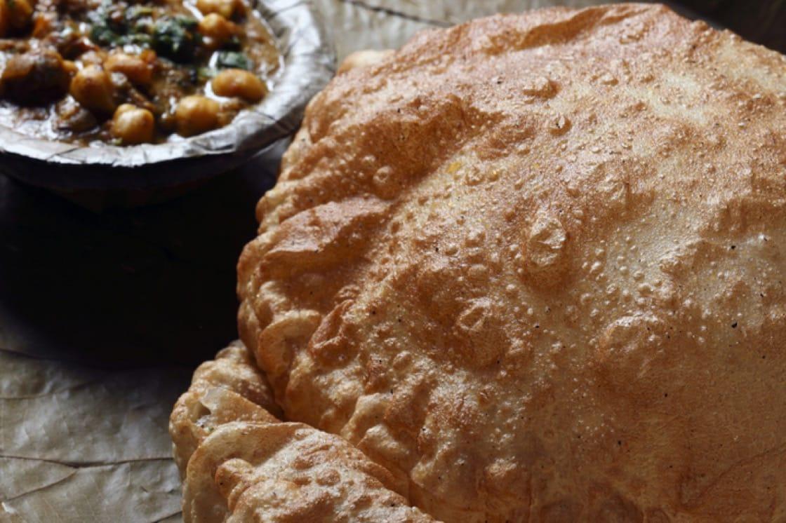 Chola Bhatura 指 Bhatura 麵包配上咖喱白鹰嘴豆的菜式,在印度北部非常普遍。
