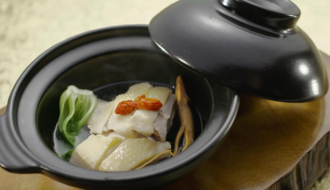 新濠天地譽瓏軒行政總廚譚國鋒為米芝蓮「星」色晚宴準備的「參湯浸走地鷄」。