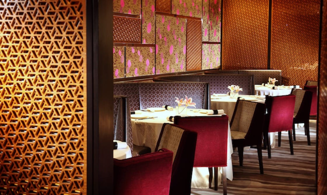 米芝蓮評審員說:「踏入怡東酒店內的怡東軒中菜廳,馬上便會給精緻的中式擺設吸引。」