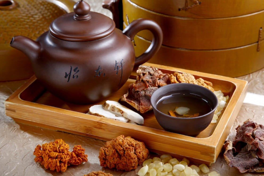 怡東軒招牌菜之一:松茸榆耳黃耳燉雪蓮子