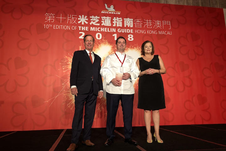 在《米芝蓮指南香港澳門 2018》新聞發布會上,大廚 Jean-Michel Bardet 代表 The Ocean 上台接受一星殊榮。(圖片來源:The Ocean by Olivier Bellin)