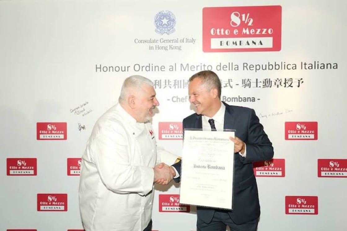 Bombana 接受意大利駐港澳總領事 Antonello De Riu 頒授授勳狀。(圖片來源:Bombana Umberto 面書)