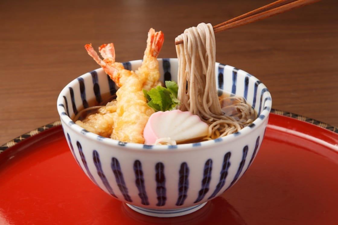 許多日本人都在 12 月 3 1日的夜晚吃「年越蕎麥」。