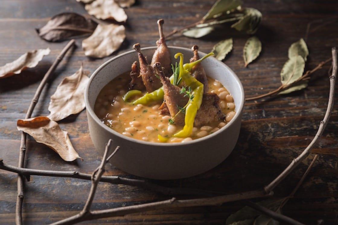 傳統燜豆鍋配鵪鶉脾及醃青辣椒(圖片來源:Olé)