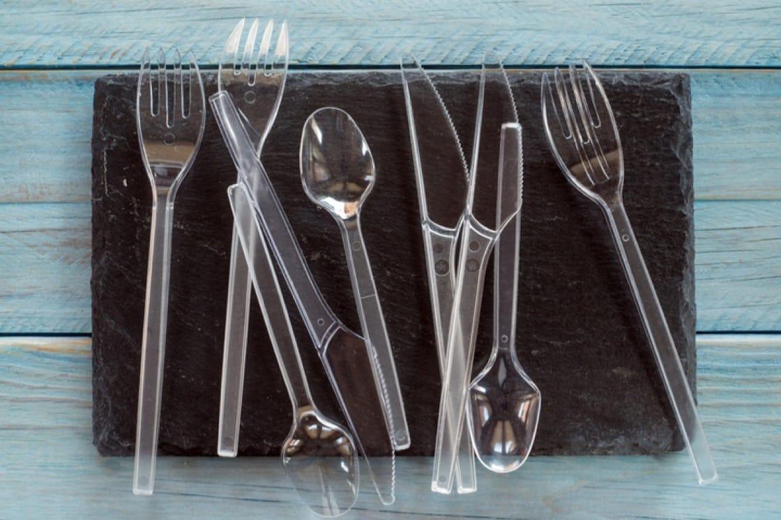 一次性塑料餐具是不必要的浪費。