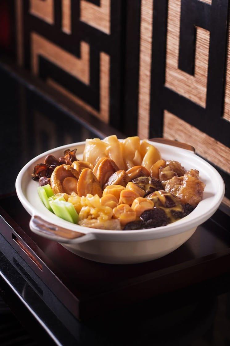 花胶是农历新年餐桌的热门食材,香港餐馆东来顺曾推出的黄汤海味盆菜,也用上花胶配搭其他名贵食材如六头汤鲍、日本元贝、海参等。(图片来源:东来顺)
