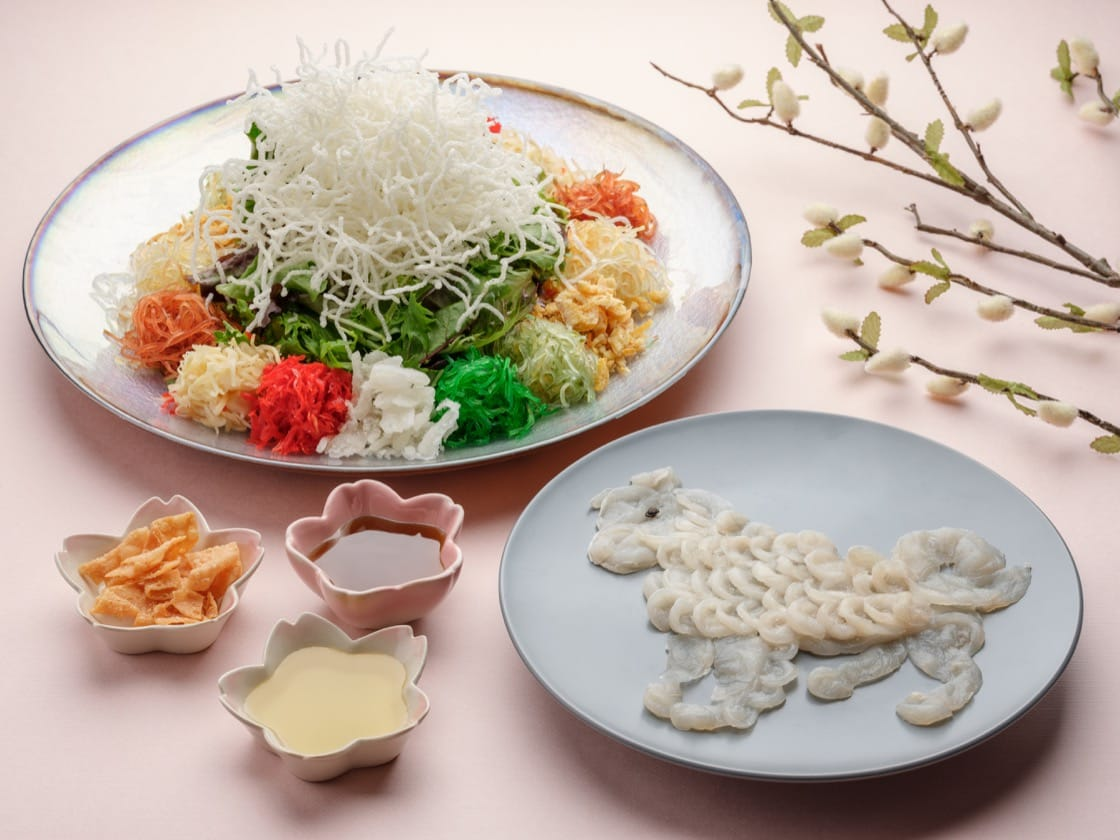 Bountiful Blessings Yusheng with Fugu sashimi features thinly-sliced fugu sashimi displayed in the silhouette of a beautiful crane or an adorable dog. (Photo: Si Chuan Dou Hua.)