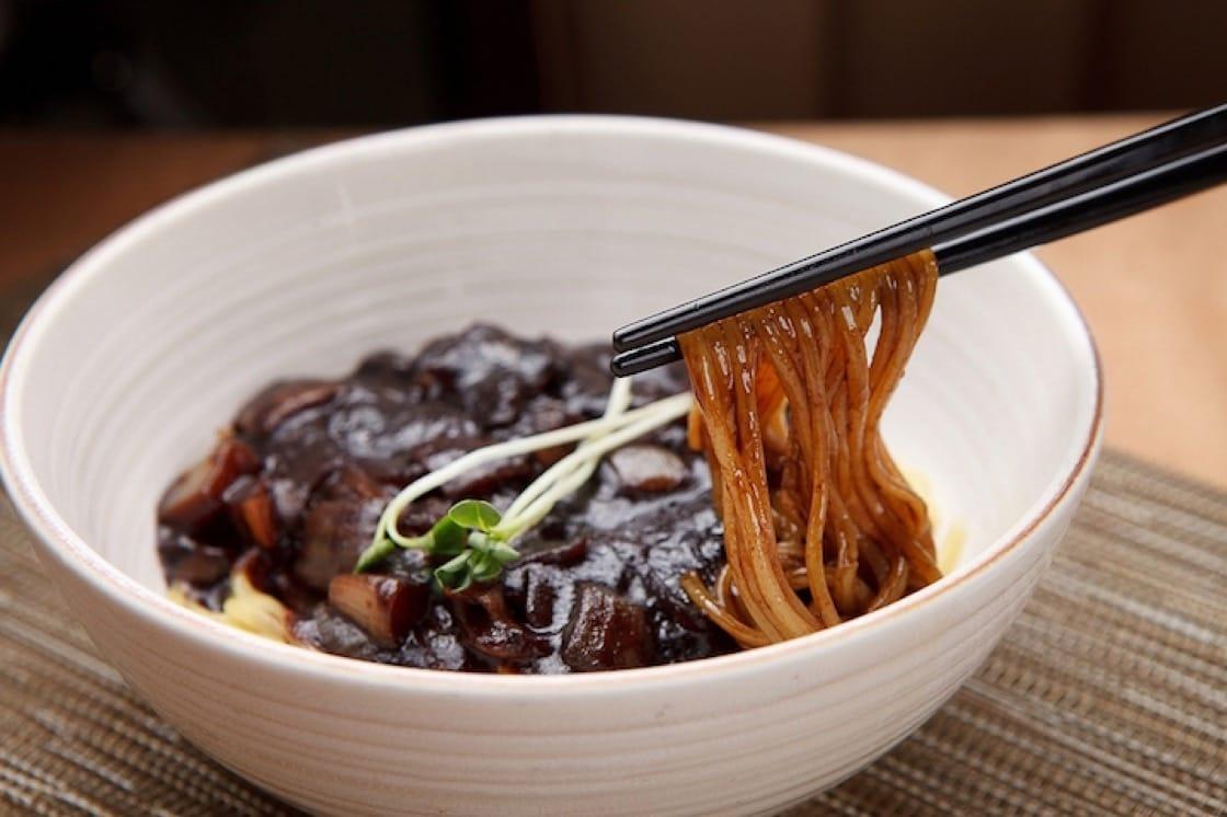 在韓國,單身一族會於黑色情人節,相約吃黑色炸醬麵。(資料圖片)