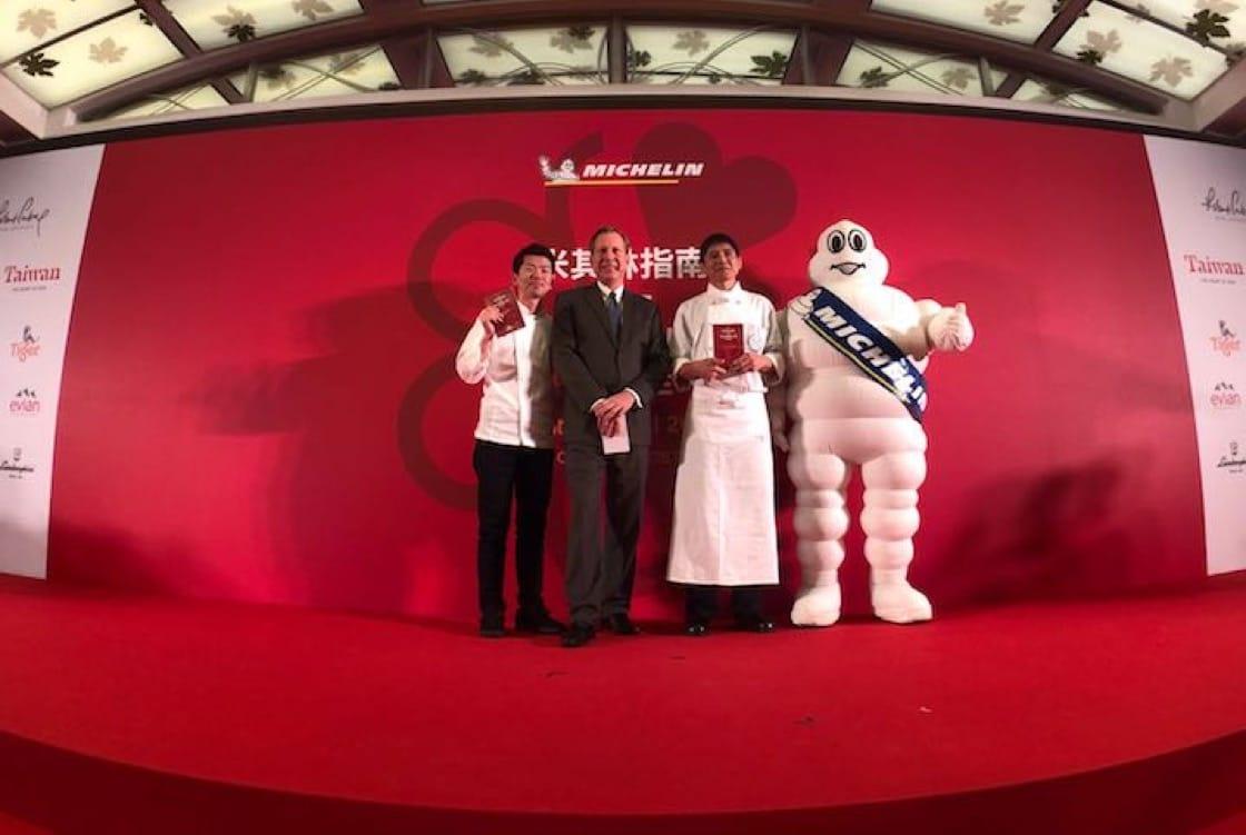 (左起)祥雲龍吟的稗田良平、《米其林指南》國際總監米高·艾利斯、請客樓的林菊偉與必比登拍攝合照。