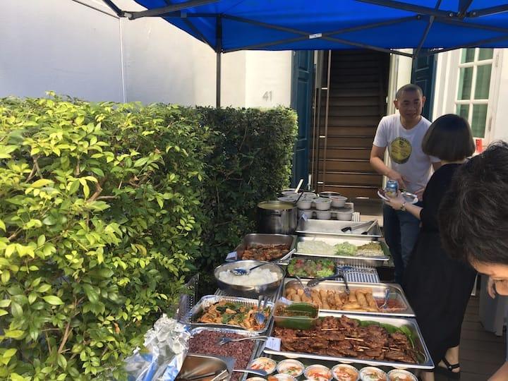 江振誠在 Restaurant Andre 營業的最後一天的告別會上,為大家烹煮牛肉麵。(攝影:Kenneth Goh)