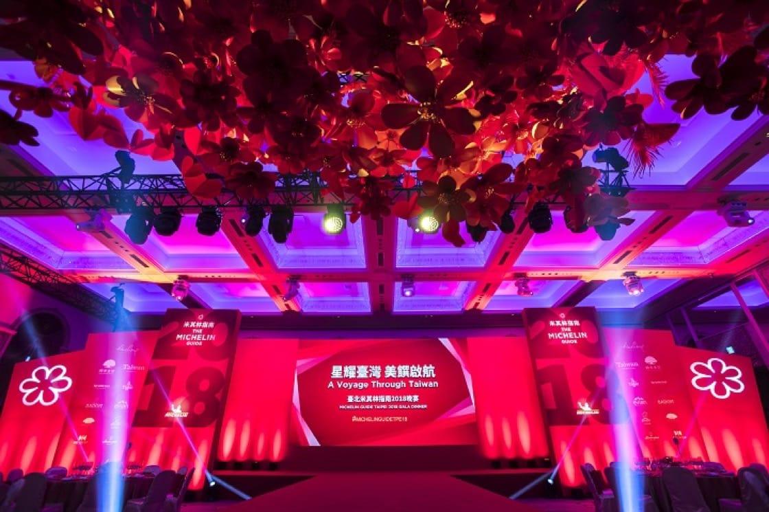 於臺北文華東酒店宴會廳舉行的「星耀臺灣,美饌啟航」晚宴,現場舞台布置極有氣氛。