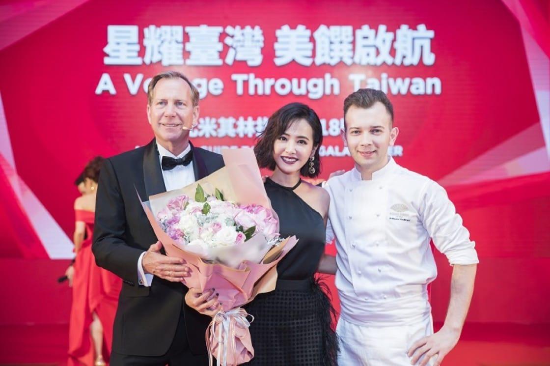 著名華語流行音樂女歌手蔡依林(中)與臺北文華東方酒店的行政西點副主廚 Guillaume Coulbrant(右)共同創作甜點,兩人在晚宴上與《米其林指南》國際總監米高·艾利斯(左)合照。