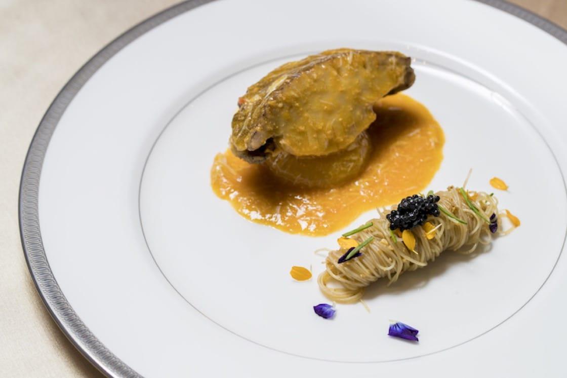 陳建太郎設計的梭子蟹配米線菜色,善用台灣新鮮的食材,當中又帶一點點川菜的麻辣味,口感層次感非常豐富。
