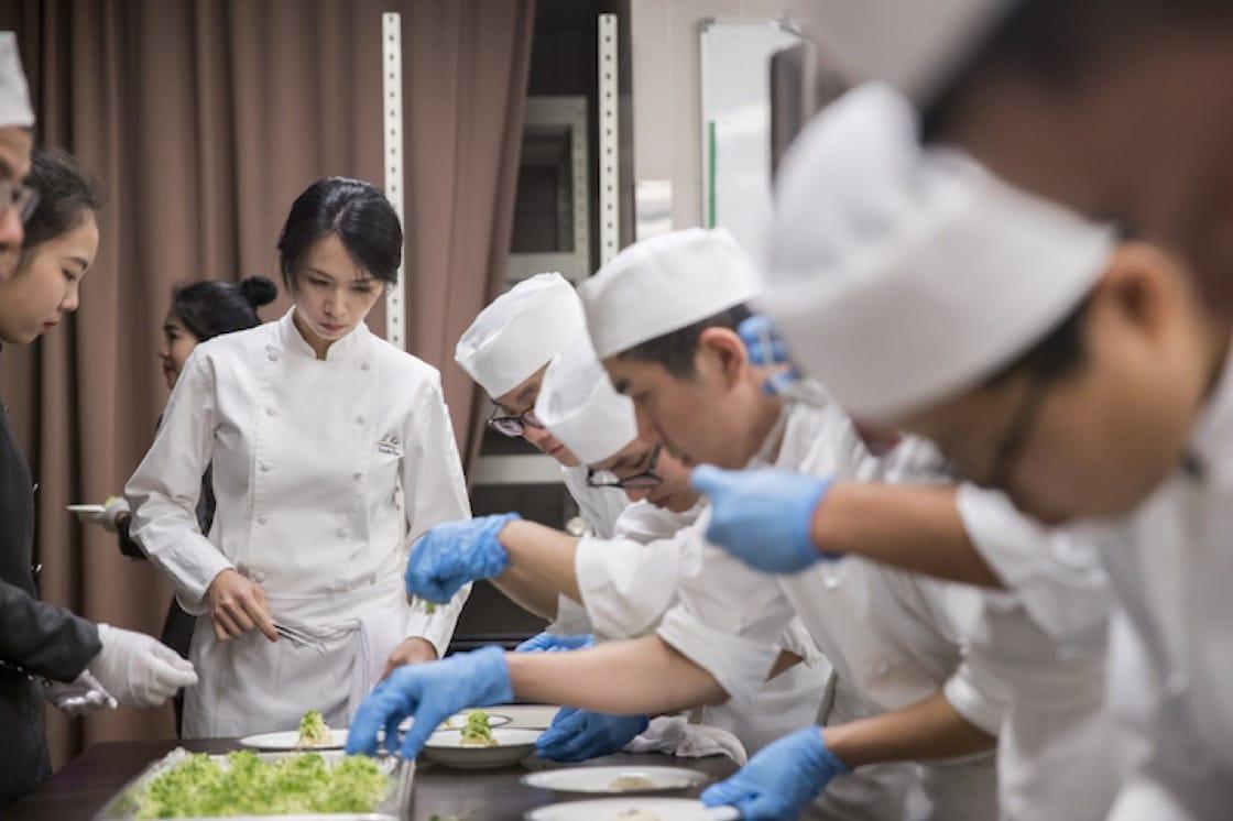 「樂沐」餐廳主廚陳嵐舒在現場備餐,神情相當認真嚴肅。