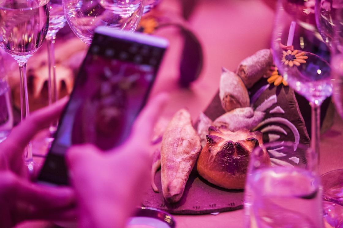 吳寶春為晚宴設計的三款別出心裁的麵包,一上桌就受到賓客的歡迎,紛紛拿出手機拍拍照。