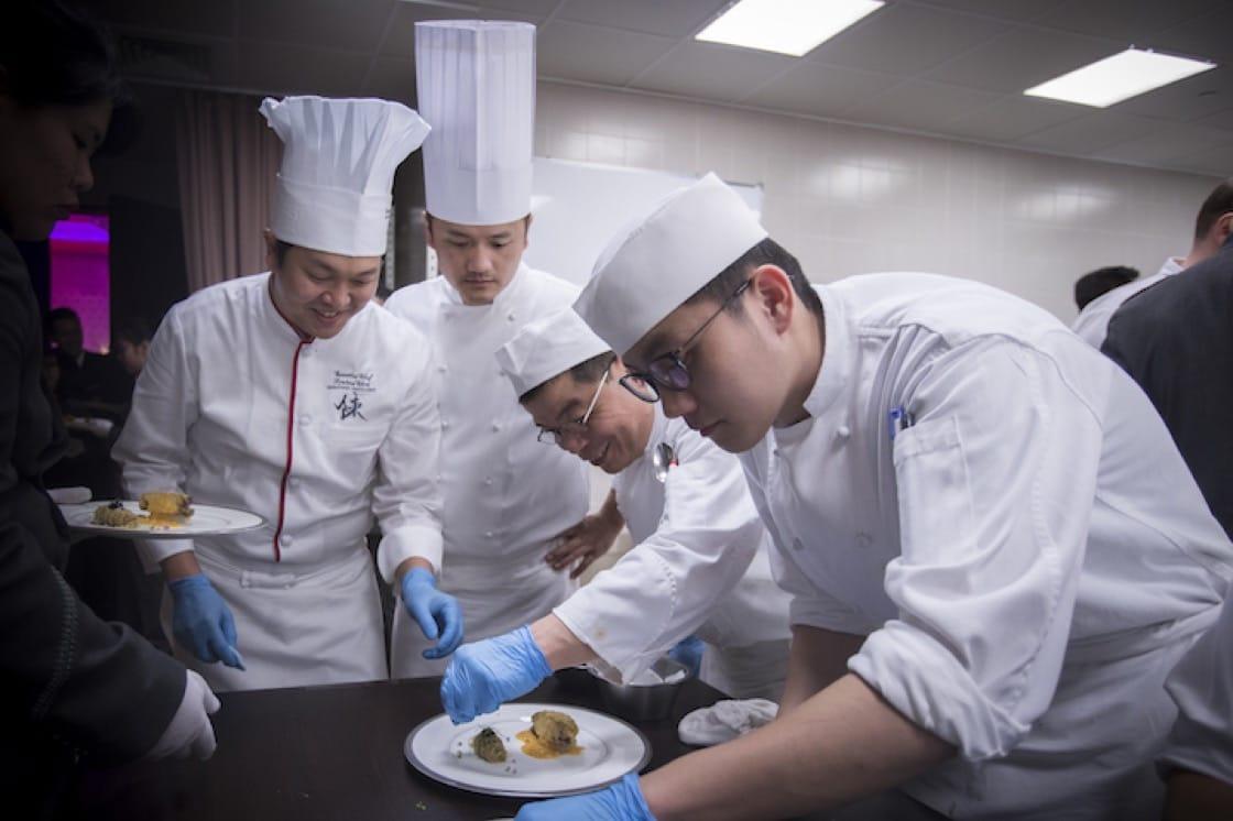 陳建太郎(左一)在晚宴現場愉快地準備菜色。