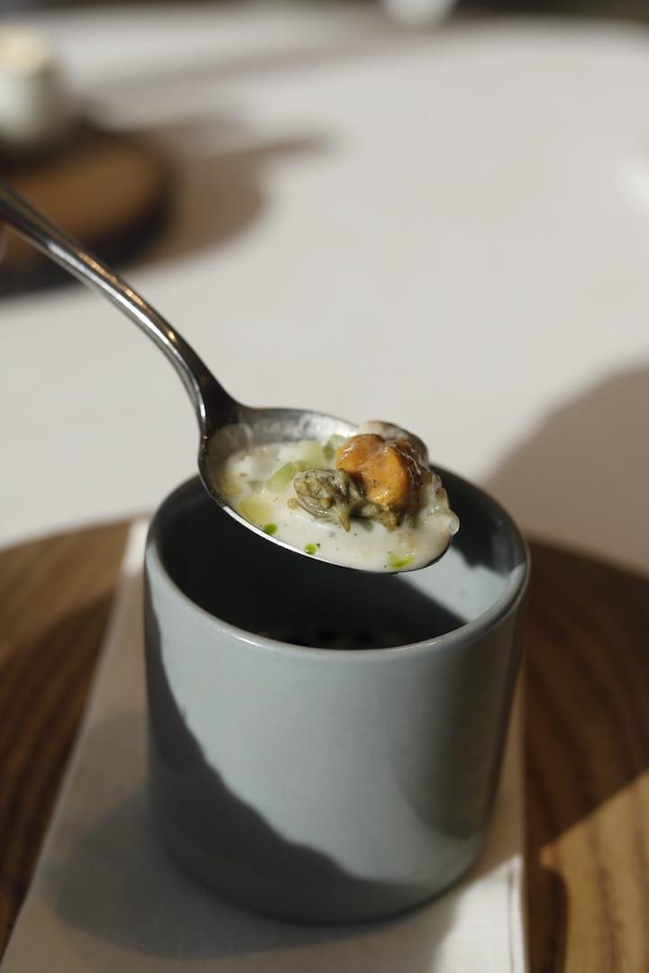 頭盤海膽生蠔配香檳汁,突出比利時海產的豐富。