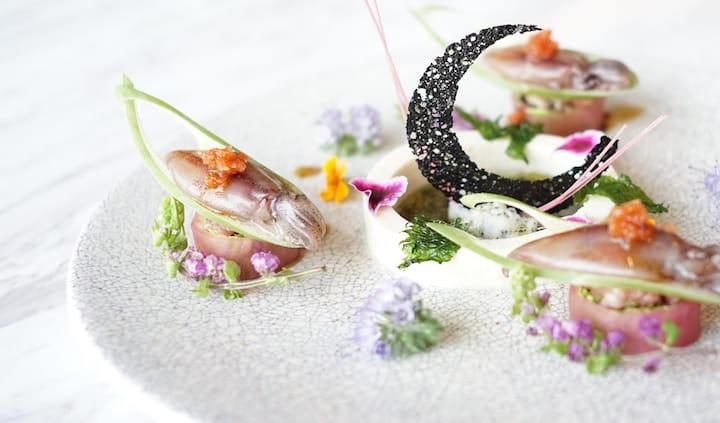 鮨蕾的螢光魷魚刺身。