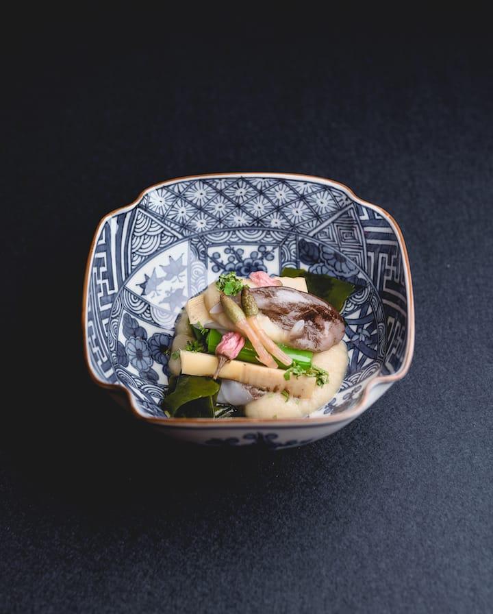 柏屋的先付(正式用餐前的小菜): 燻鰹魚伴油菜花、茗荷酢漬、土筆、木芽。其中用上四種春季苦味野菜,以簡單清爽方法料理,春日氣息滿載。(圖片來源:柏屋)