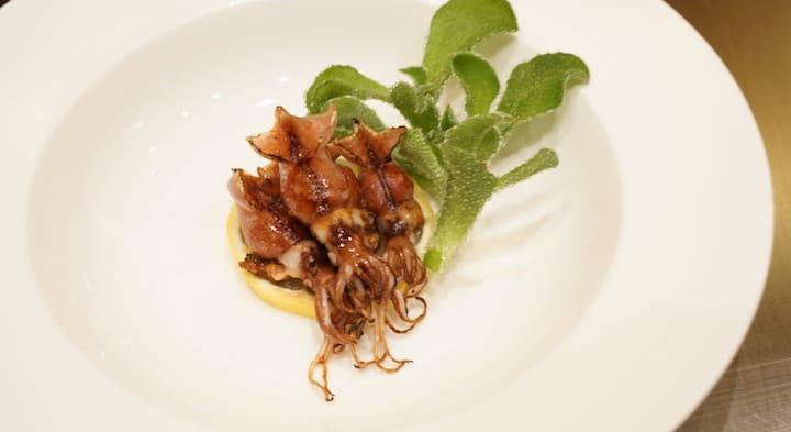 於米芝蓮一星鐵板燒餐廳 I M Teppanyaki 供應的螢光魷魚鐵板燒。