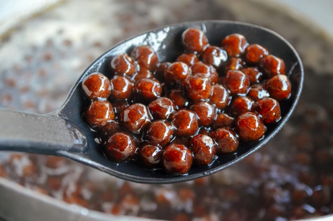 粉圓加入黑糖,成為今天常見的「黑珍珠」。(資料圖片)