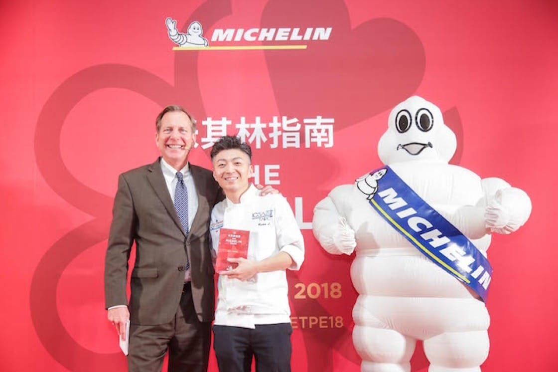 MUME 主廚林泉(右)與《米芝蓮指南》國際總監 Michael Ellis 於首屆臺北米芝蓮指南發布會合照。