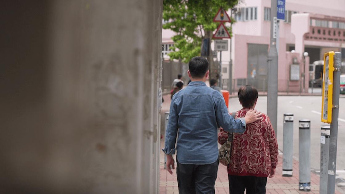 莫師傅走在街上,總會將手搭在媽媽的肩上。
