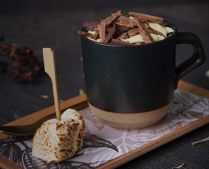 若想讓巧克力飲料看來與眾不同,可以加些巧克力絲或是棉花糖。