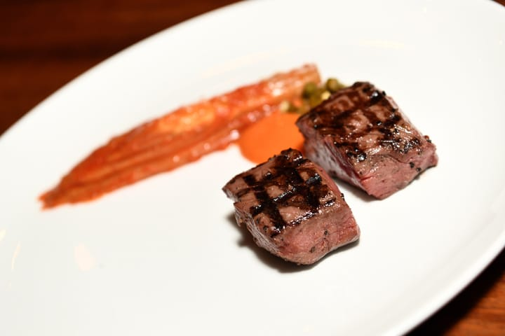 Dosa招牌菜之一,肋眼牛肉與菊苣泡菜。一道菜綜合了ssamjang(辣醬)、doenjang(味噌)、jangajji(腌蒜)的濃味與鮮美。圖:Akira Back