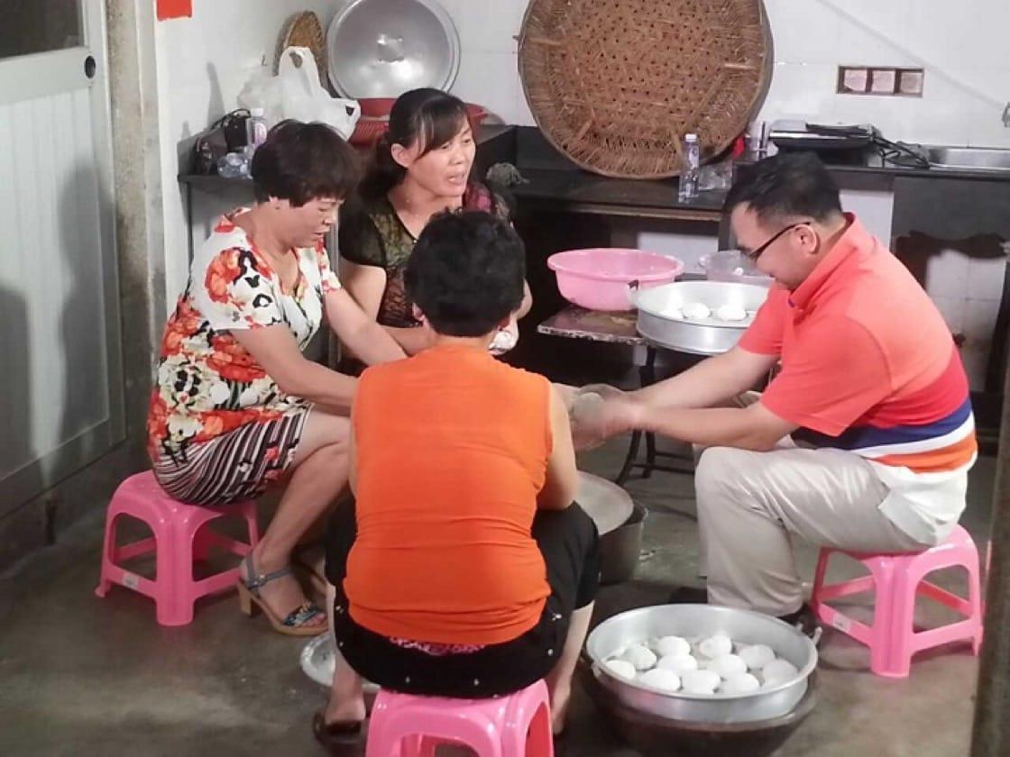 一家人圍着包粿,是最歡樂的感情交流。(圖片來源:許美德)
