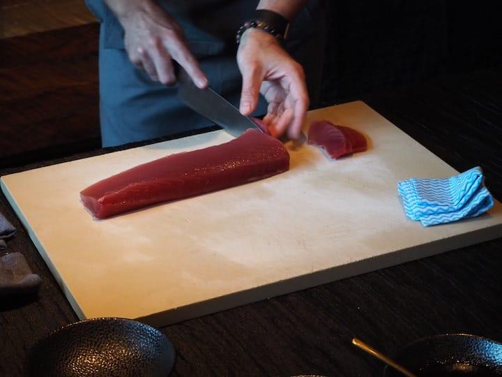壽司新手可以從akami (金槍魚頂部瘦肉)開始切片,這個部位沒有任何強烈的魚腥味,口感也最清爽。 (照片:Kenneth Goh )