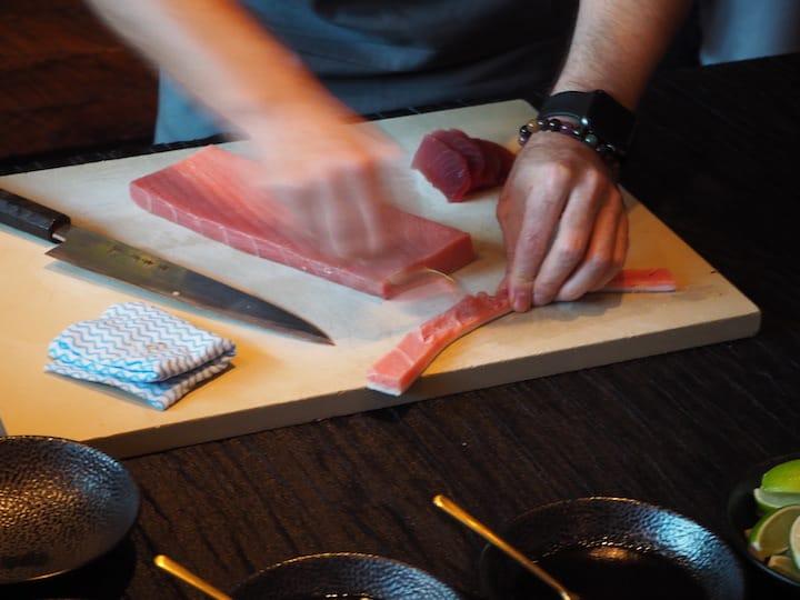 金槍魚切片後,記得用湯匙刮chutoro 魚皮的邊。 (照片:Kenneth Goh)