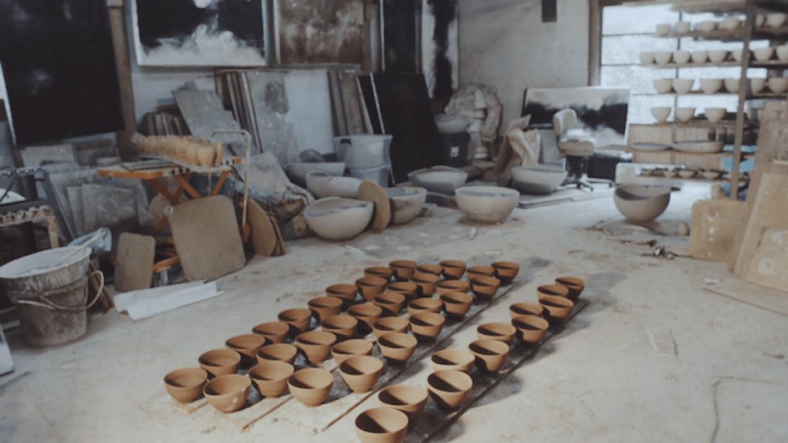 辻村史朗透露自己罹患癌症,然而他從醫院回來,二話不說即到工作室製作茶碗,結果在一年裡製作了 3,000 個茶碗。