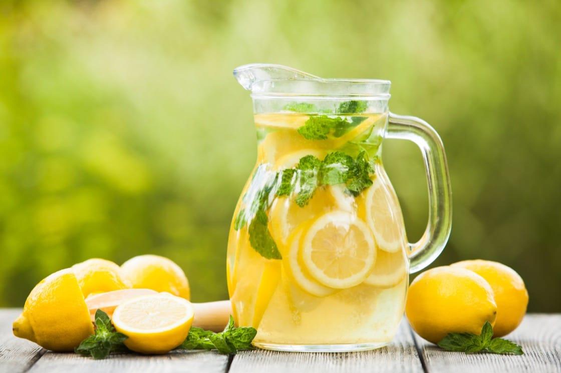 大熱天製作一大瓶 Lemonade,看着也冰涼透心。(資料圖片)