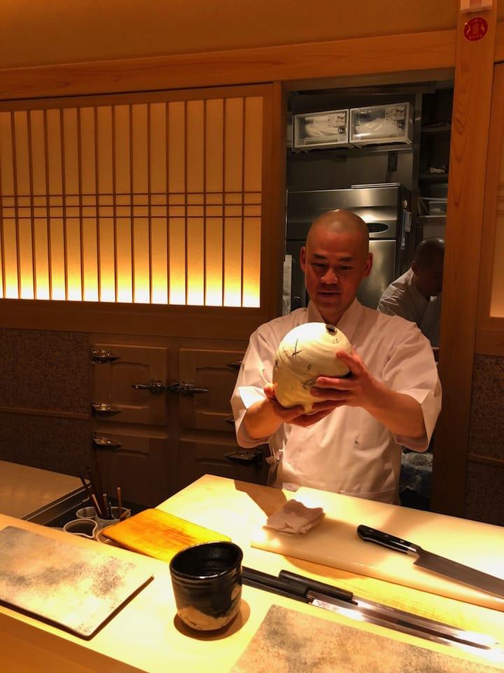鮨齋藤東京店也飾有辻村史朗的作品,總廚齋藤孝司正欣賞其作品。