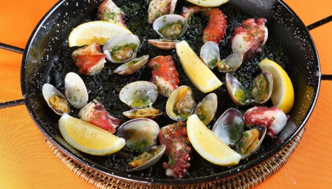 ข้าวผัดสเปนหมึกดำกับปลาหมึกและหอยลาย