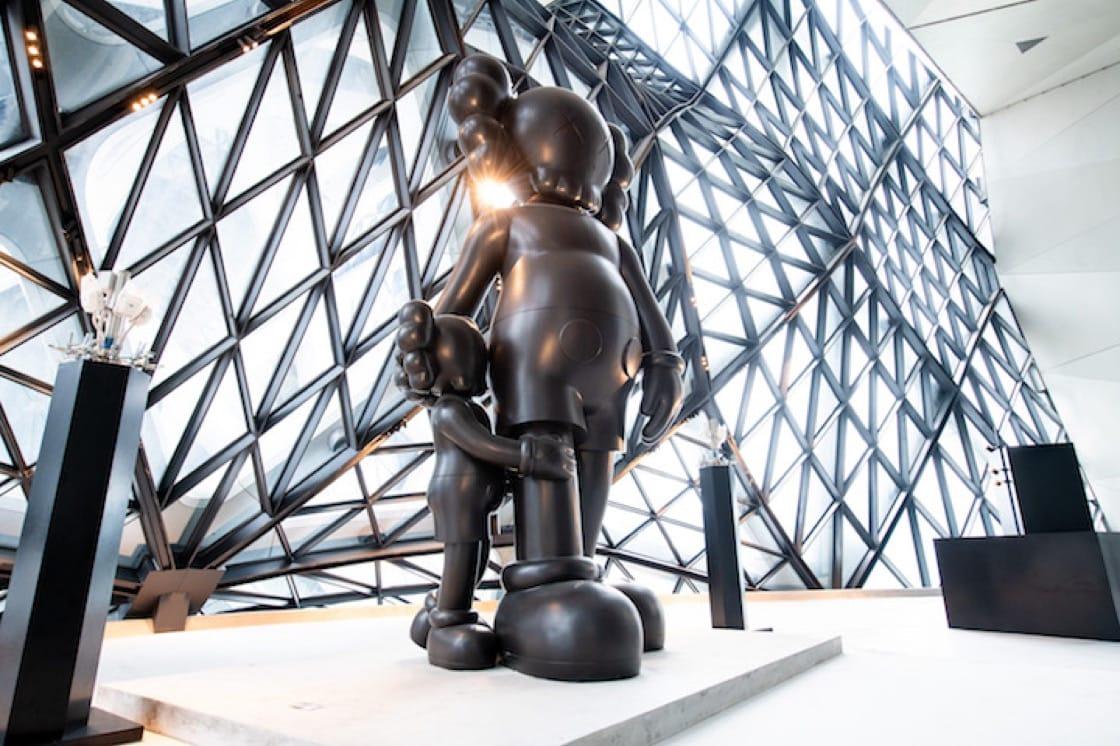 著名潮流藝術家 KAWS 親手打造的巨型雕塑《Good Intentions》。(圖片來源:新濠天地摩珀斯酒店)